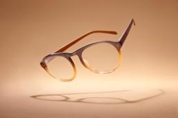 Fotografia-reklamowa-brazowych-okularow-unoszacych-sie-nad-ziemia